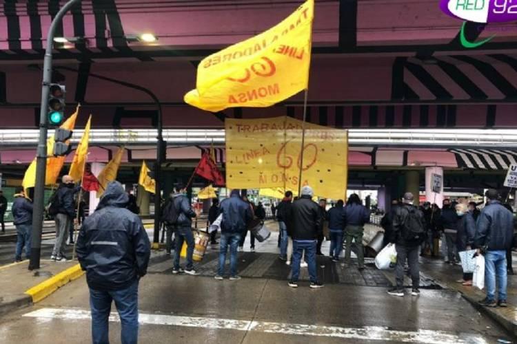 Trabajadores de la Línea 60 realizaron un corte parcial en Puente Saavedra en reclamo de paritarias