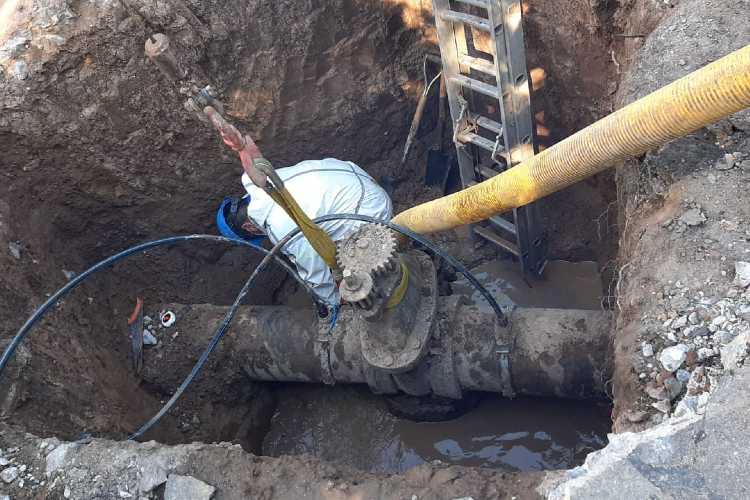 En San Fernando, AySA  cambió una válvula para modernizar la red de agua en zona norte