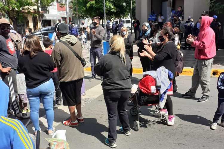 Protesta frente a la Municipalidad de Escobar ante un inminente desalojo