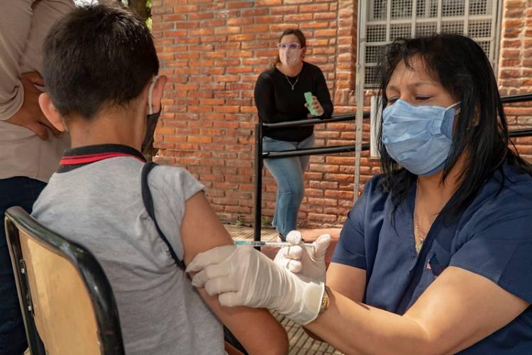 La campaña de vacunación continuó en la escuela Malvinas de Beccar