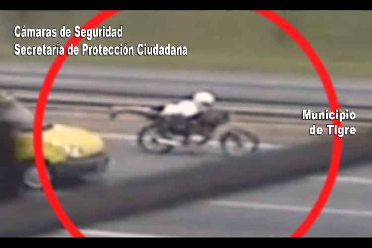 """Furiosa persecución en Tigre: motociclista quiso escapar haciendo """"superman"""" pero fue detenido"""