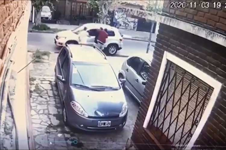 Asaltan a una pareja y antes de llevarse el auto le dejan bajar la silla de ruedas