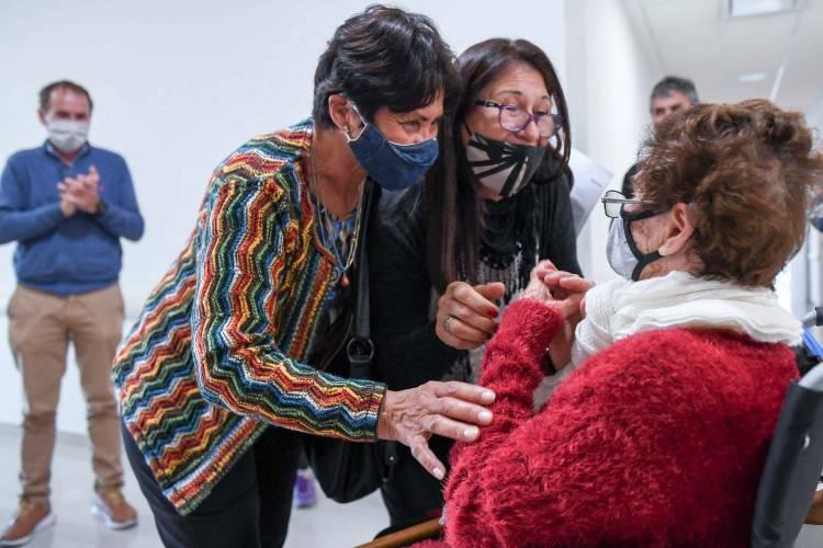 Amelia Suárez, vecina de San Fernando, se retiró rodeada de aplausos de la nueva Terapia Intensiva exclusiva para COVID-19