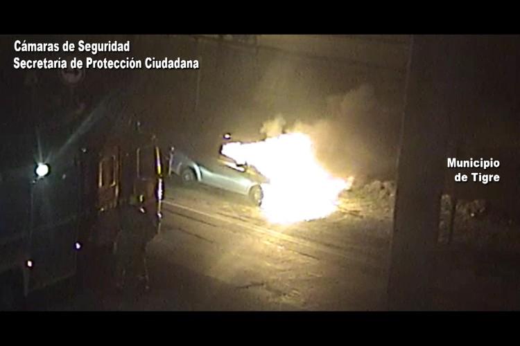 Bomberos controlan el incendio de un auto en Tigre