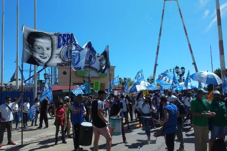 Trabajadores del Parque de la Costa volvieron a manifestarse en el Centro de Tigre