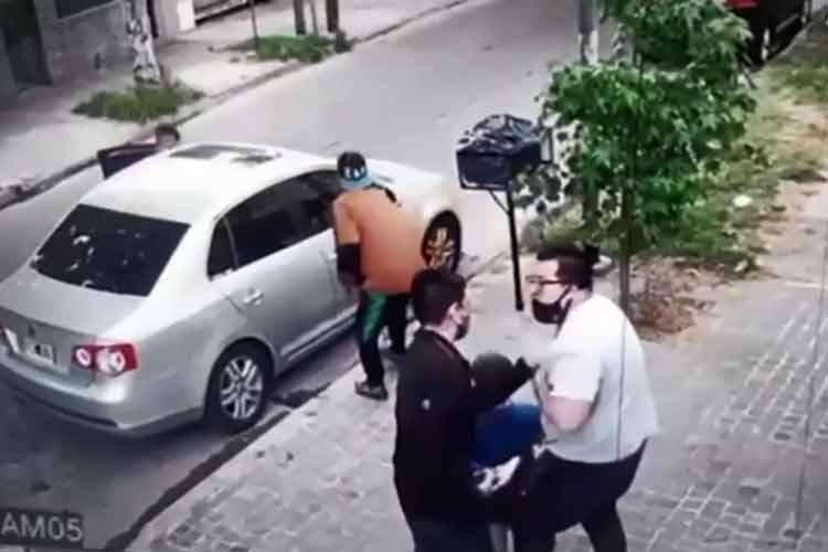 Le roban el auto cuando llegaba con su hijo de 6 años a una peluquería de Villa Ballester
