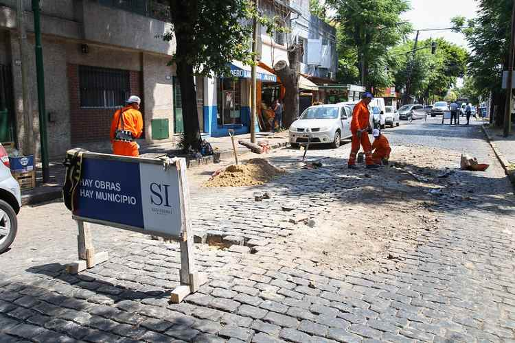 Realizan tareas para preservar adoquines en calles de San Isidro