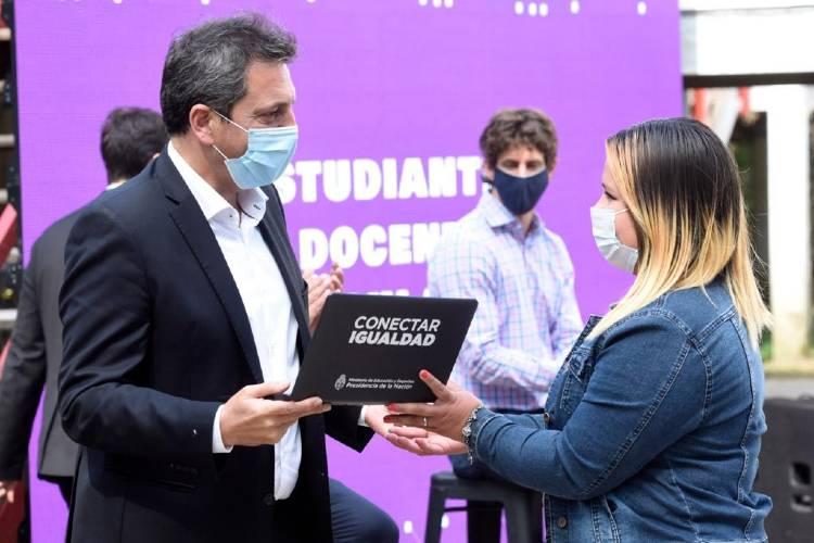 Sergio Massa entrega netbook en el Delta de Tigre