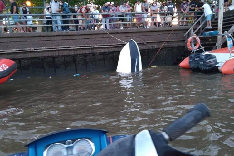 Rescatan a cinco personas tras hundirse su lancha en Tigre