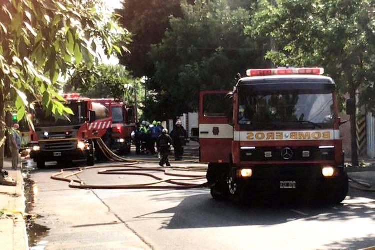 Feroz incendio en una fábrica de caños en Villa Martelli