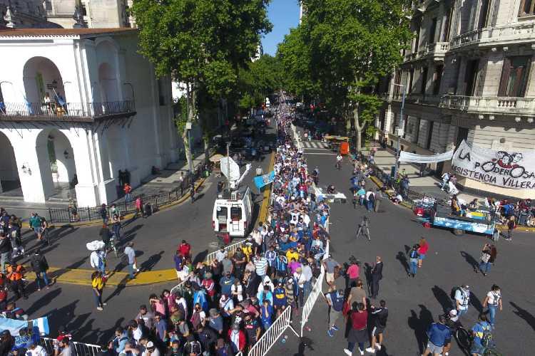 Miles de personas despiden con dolor a Maradona en la Casa Rosada ()