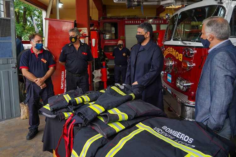 Entrega de nuevos uniformes a bomberos voluntarios de Vidente López