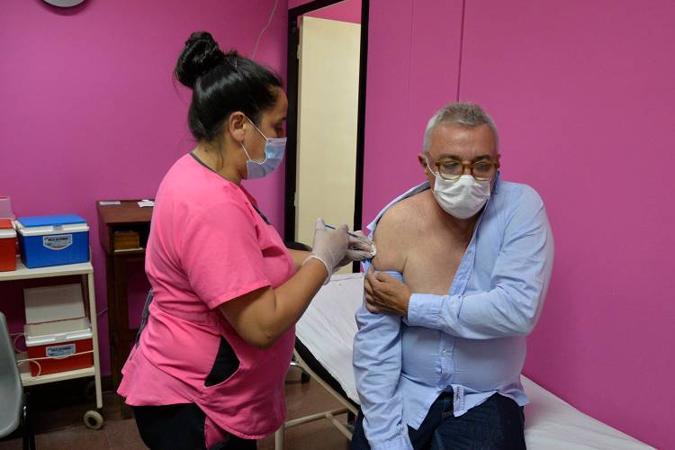 Julio Zamora se aplicó la vacuna Sputnik V contra el COVID-19 en Tigre
