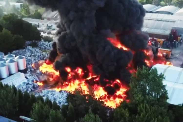 Feroz incendio en un depósito de plásticos en Las Tunas
