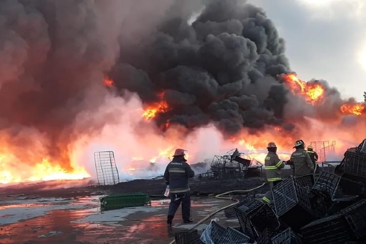 Un impresionante incendio consumió material plástico en una fábrica de Pacheco