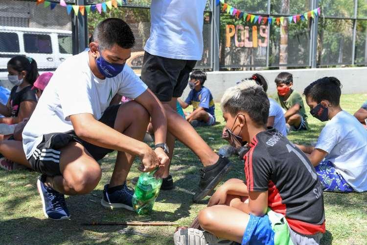 Chicas y chicos de las Colonias de San Fernando aprenden a reciclar y hacer huertas.