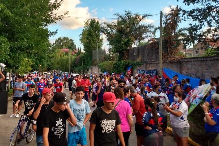 Más de mil personas se congregan en un banderazo por el Chino Luna.