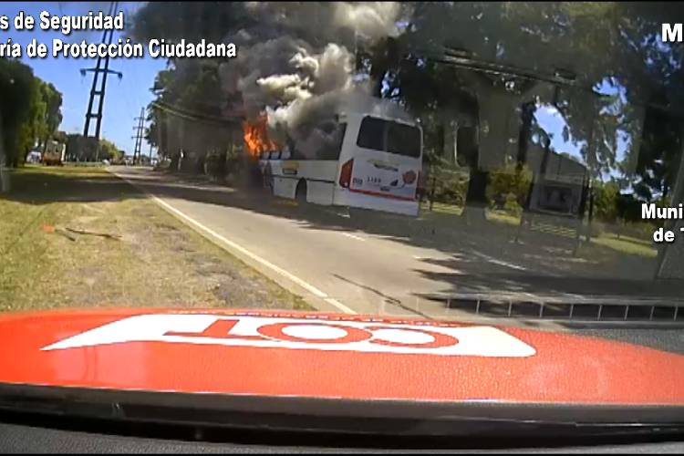 Video: Controlan el incendio de un colectivo en colectora de Panamericana