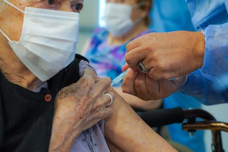 Fueron vacunados todos los residentes y personal de salud del geríatrico municipal de Vicente López