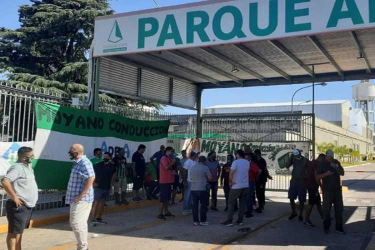 Camioneros bloquean la entrada del Parque Industrial Ader en Villa Adelina