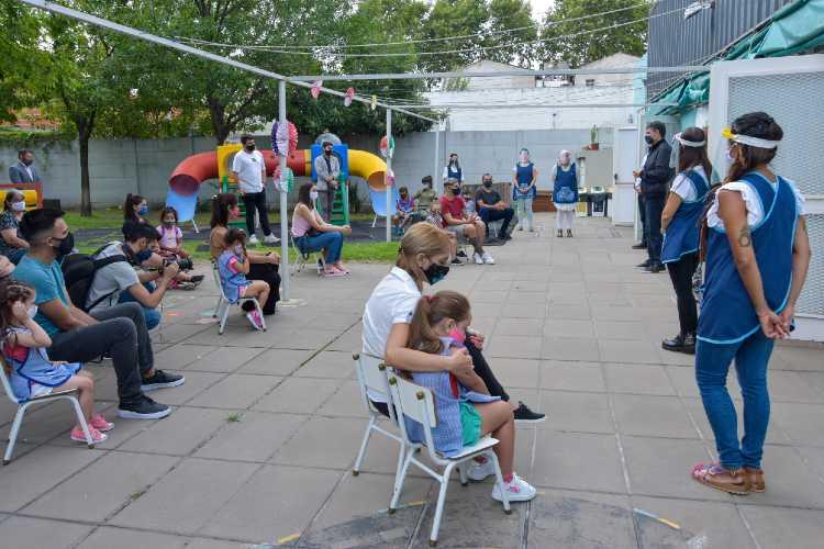 El intendente de Vicente López, Jorge Macri, compartió esta mañana junto a niños, padres y docentes el primer día de clases