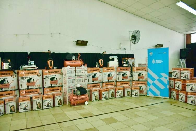 Mqalena Galmarini y funcionaria de Desarrollo Social lanzaron banco de maquinarias y herramientas en Tigre