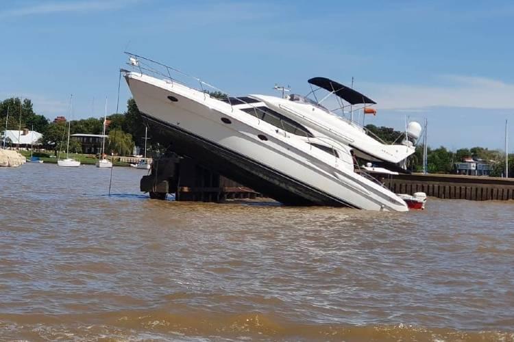 Un yate chocó con la escollera del Yacht Club de San Fernando y se hundió