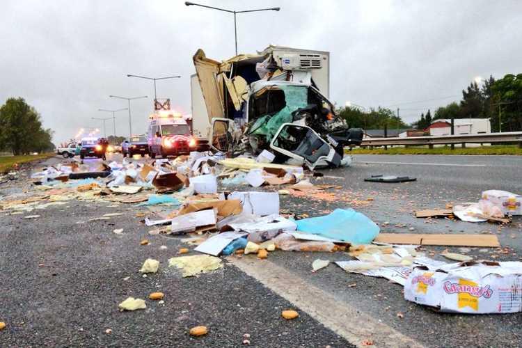 Un conductor herido al chocar dos camiones en la autopista Panamericana a la altura de Campana