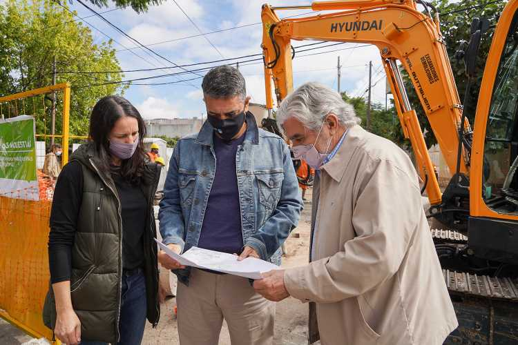 El intendente de Vicente López, Jorge Macri, acompañado por la responsable del comité social COVID, Soledad Martínez, estuvieron presentes en la intersección de Diagonal Pavón y Ombú