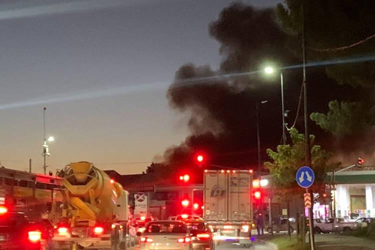 Controlan el incendio en una fábrica de plásticos en San Martín