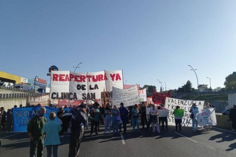 Trabajadores de la Clínica San Andrés cortan el tránsito en General Paz en rechazo a su cierre