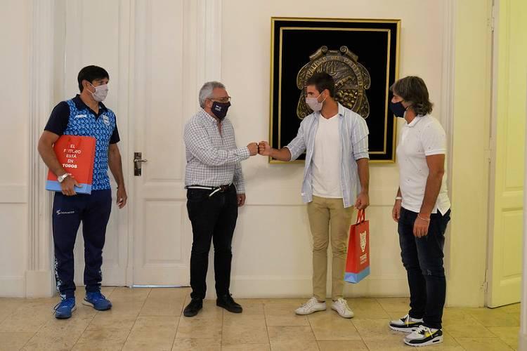 Julio Zamora recibió al palista Agustín Vernice