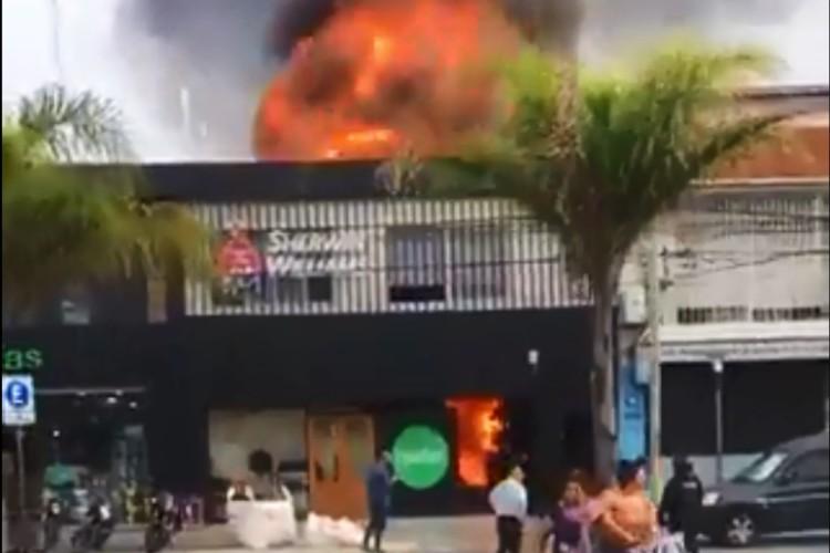 Dos personas sufrieron lesiones en el incendio de una pinturería en Vicente López