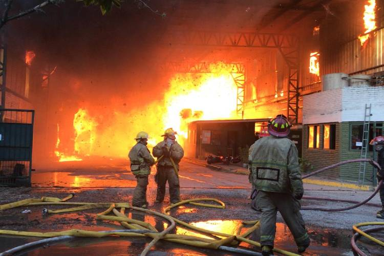 Feroz incendio afecta a una papelera de Don Torcuato