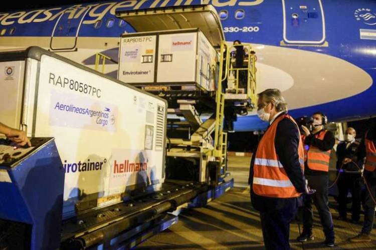 Alberto Fernández recibió en Ezeiza un cargamento de un millón de vacunas de Sinopharm