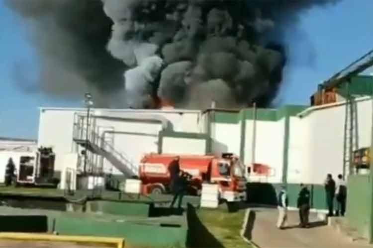 Bomberos controlan el incendio de una planta frigorífica en Pilar