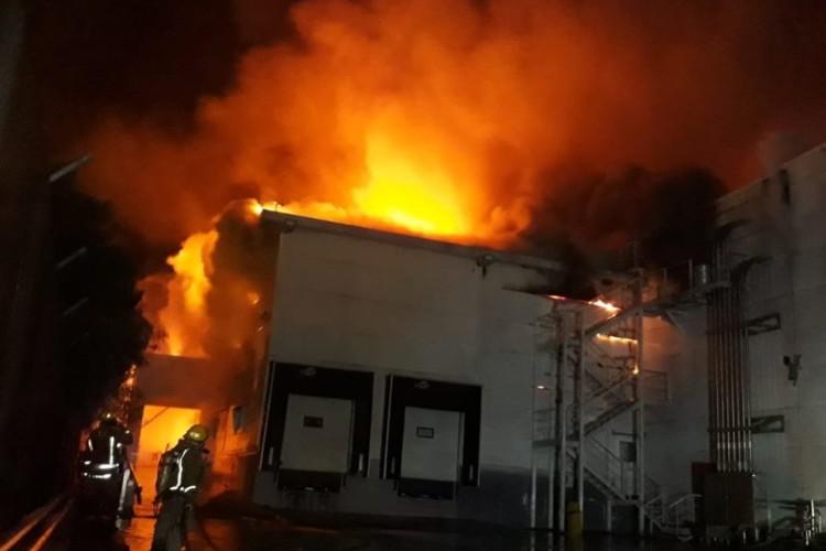 Feroz incendio en la panificadora Bimbo