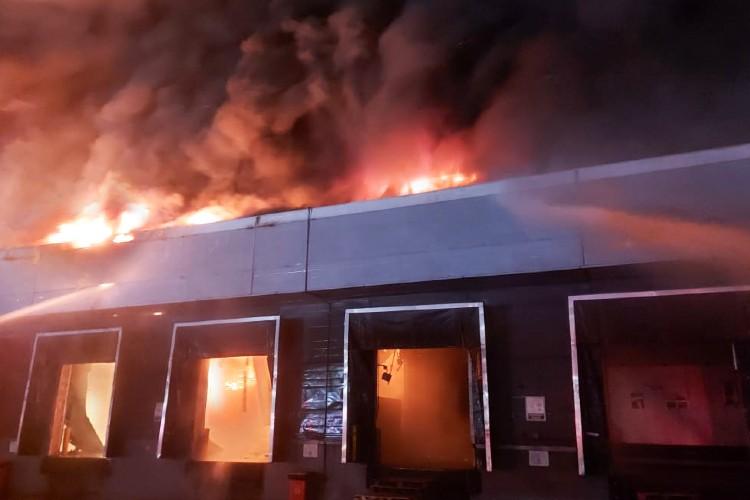 Bomberos controlaron el devastador incendio en la fábrica Bimbo de San Fernando