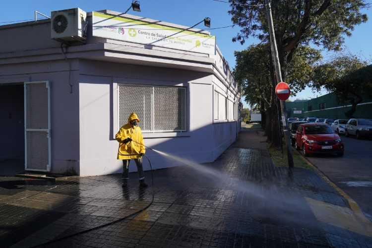 Realizan operativos de desinfección en los alrededores de los centros de salud de Vicene López