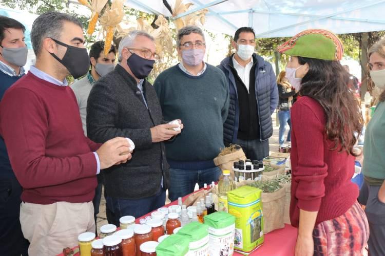 El Intendente municipal, Julio Zamora, el Ministro de Desarrollo Agrario de la Provincia, Javier Rodríguez, y el Subsecretario de Economía Popular, Federico Ugo, recorrieron los puestos donde se ofrecieron productos de calidad a precios justos.