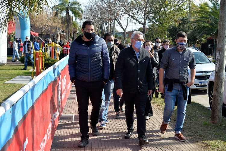 Julio Zamora, y el titular del programa nacional Juan Manuel Vila visitaron ayer los stands en la Plaza Soldado de Malvinas,
