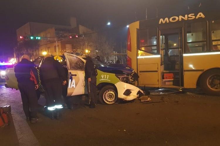 Tigre: Brutal choque entre un patrullero y un colectivo