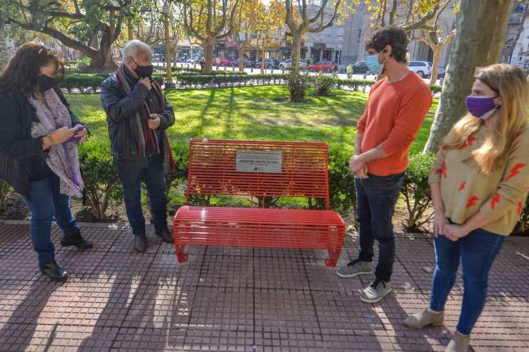 San Fernando instaló un Banco Rojo en la Plaza Mitre para concientizar sobre la violencia de género