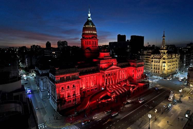 El Congreso se ilumina de rojo por la salud menstrual
