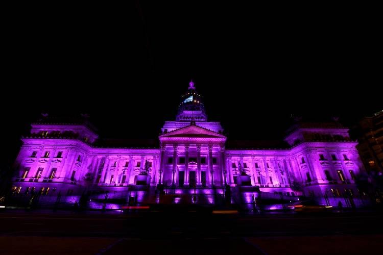 """El congreso se ilumina de violeta a seis años del primer """"Ni Una Menos"""""""