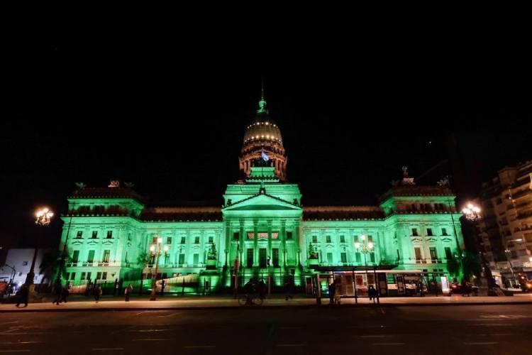 Por el Día Mundial Ambiente, edificios emblemáticos se iluminaron de verde en diferentes puntos del país