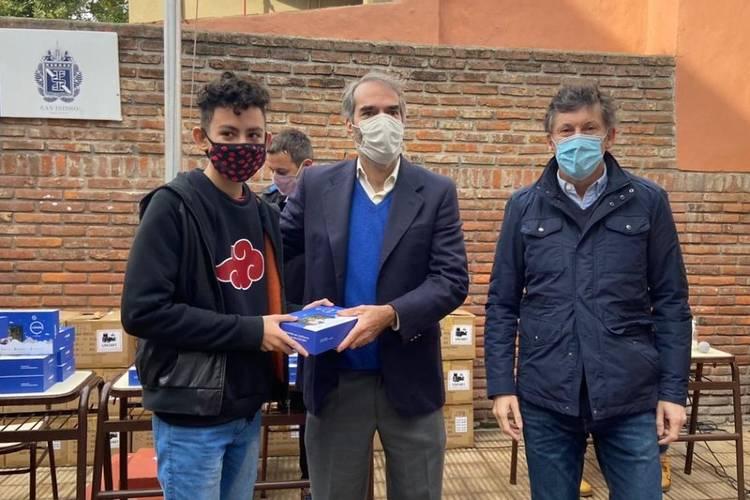 San Isidro entregó tablets para el secundario de la escuela Malvinas Argentinas
