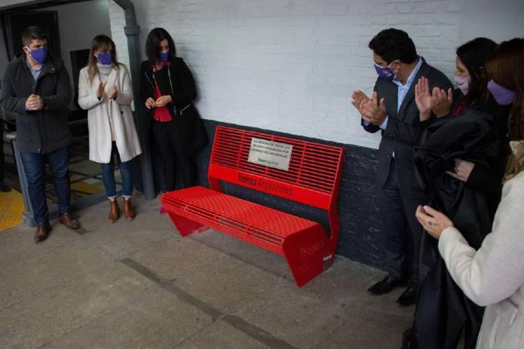 Galmarini, Marinucci y Vannelli inauguraron un Banco Rojo contra la violencia de género en la Estación Vicente López de la Línea Mitre