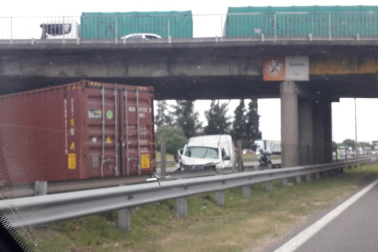 Un contenedor cayó de un camión tras chocar contra un puente del Ramal Pilar