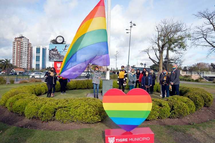 Gisela Zamora encabezó el izamiento de la bandera del Orgullo LGBTIQ+ en Tigre